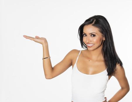Donna che indica tenendo il braccio fuori Archivio Fotografico - 67694841