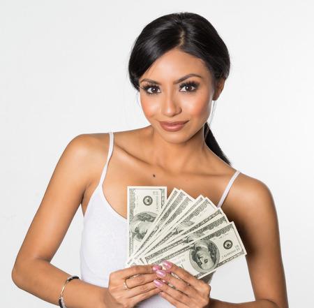 dinero: mujer feliz celebración de diversa fajo de billetes, que sonríe feliz
