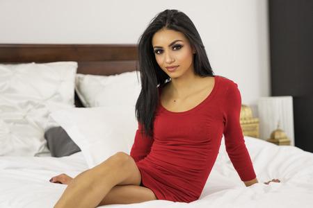 赤いドレスで美しいエレガントな女性 写真素材 - 70951795