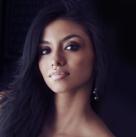 Hermoso, mujer joven, largo, pelo oscuro