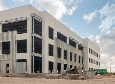 New office facility construction under development. Imagens - 121101269