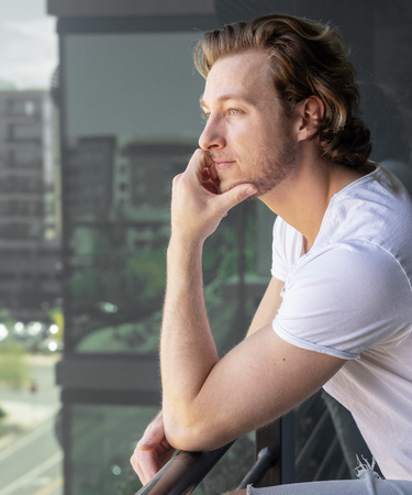 Man thinking looking off balcony of tall building Imagens - 121649749