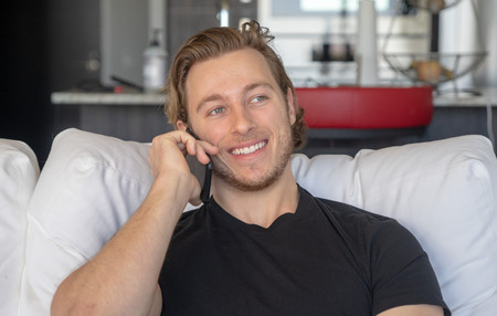 Man smiling while talking on cell phone Imagens - 121649804