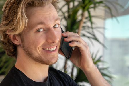 Man smiling while talking on cell phone Imagens - 121649808
