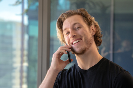 Man smiling while talking on cell phone Imagens - 121649811