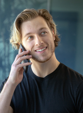 Man smiling while talking on cell phone Imagens - 121649812