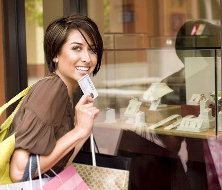 cr�dito: Feliz mujer de compras con su tarjeta de cr�dito Foto de archivo