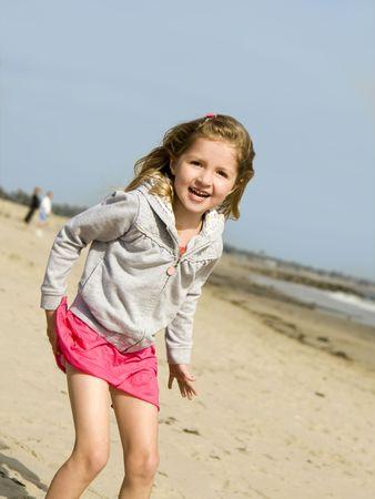 Mooi klein meisje op het strand