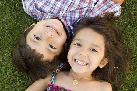 beau jeune homme: Fr�re et soeur � jouer dehors