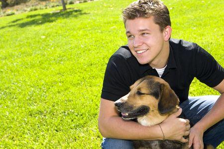 amigos abrazandose: Joven y su perro - el mejor amigo del hombre Foto de archivo