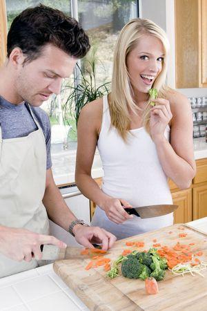 Aantrekkelijke jonge paar in de keuken