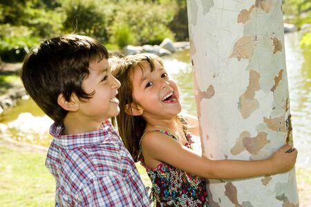 Broer en zus spelen buiten