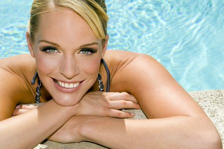 Schöne junge Frau in einem Pool Lizenzfreie Bilder