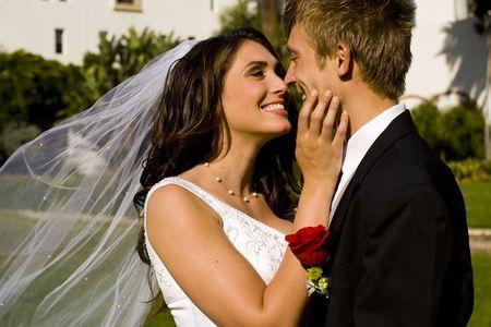 Glückliche Braut und Bräutigam am Hochzeitstag