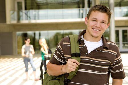estudiantes de secundaria: Joven en la escuela con un libro de bolsa Foto de archivo