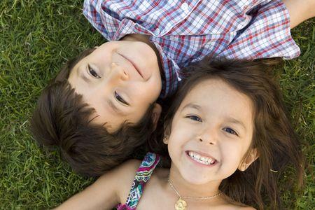 Bruder und Schwester spielen