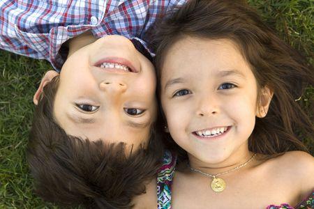 형제와 자매가 밖에 놀고있다.
