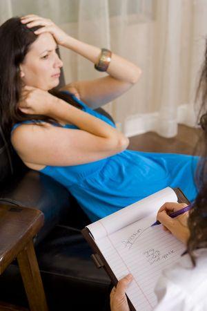 Depressiv Frau, die mit Ihrem Therapeuten sprechen Lizenzfreie Bilder