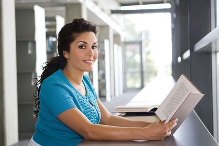 Young woman reading a book at school Banque d'images