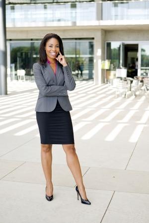 Attraktive junge Unternehmen professionl außerhalb ihres Büros