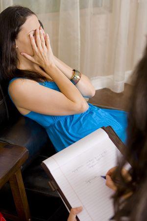 우울한 여자가 그녀의 치료사에게 이야기 스톡 콘텐츠