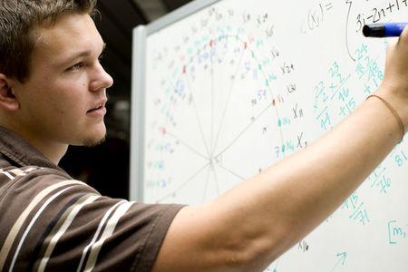 학교에서 수학 방정식을하고있는 젊은 남자