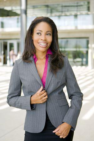 Attraktive junge Business Professionl außerhalb Ihres Büros