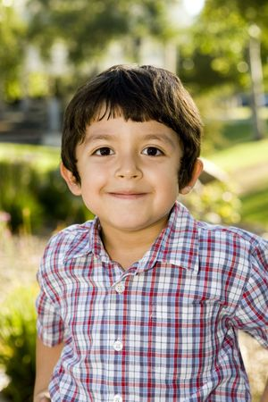 Cute little Boy playing außerhalb