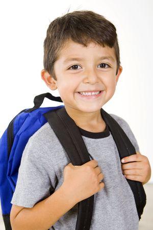Kleiner Junge mit seinem Buch-Beutel