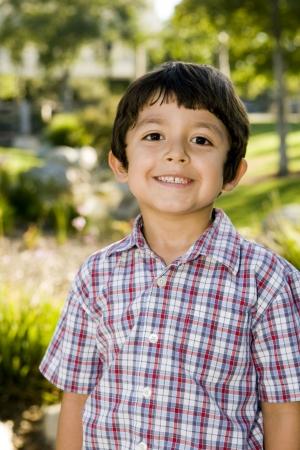 Schattige kleine jongen buiten spelen Stockfoto