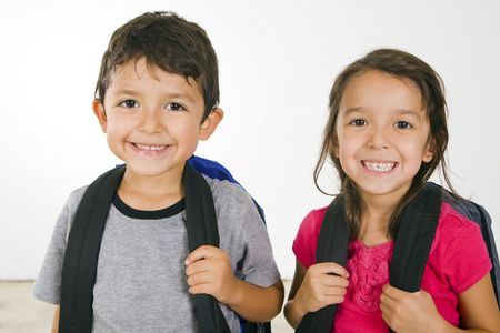Kleinen Jungen und Mädchen mit Ihrem Buch-Taschen  Lizenzfreie Bilder