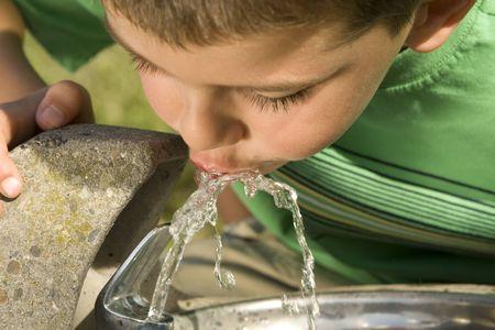 Wenig junge Wasser aus einem Brunnen