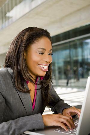 Business-Frau, die auf Ihrem Computer außerhalb arbeiten