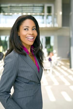 그녀의 사무실 밖에 서 매력적인 젊은 비즈니스 professionl