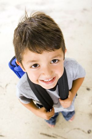 ni�os riendose: Ni�o peque�o con su bolsa de libro Foto de archivo