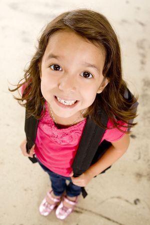 Kleines Mädchen mit Ihrem Buch-Tasche  Standard-Bild