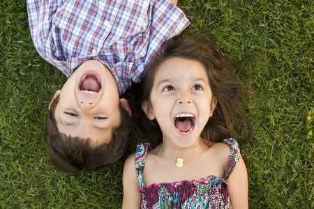 Bruder und Schwester, die außerhalb spielen