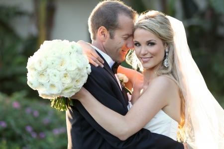 Glückliche Braut und Bräutigam an ihrem Hochzeitstag Lizenzfreie Bilder