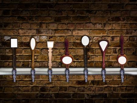 各コピーのための部屋を持つ行の複数のビールの蛇口 写真素材