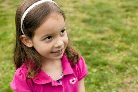 mignonne petite fille: Portrait d'une petite fille mignonne ? l'ext?rieur