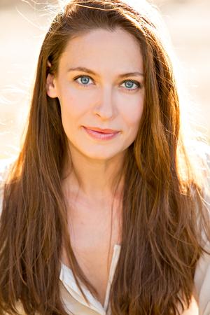 ojos marrones: Hermosa mujer joven con el pelo castaño