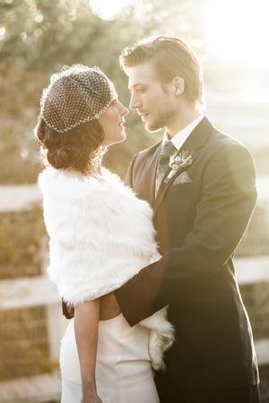 그들의 겨울 결혼식에 아름다운 결혼 커플 스톡 콘텐츠
