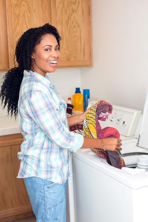 African American Frau, die Wäscherei tut