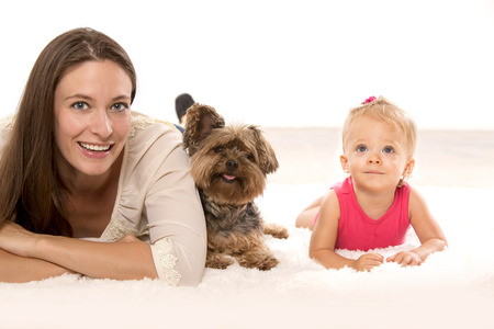 Mother with her daughter and their dog lying down Banque d'images