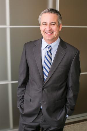 hombres maduros: Madura feliz hombre de negocios sonriente en una oficina Foto de archivo