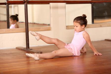 ballet niñas: Poco de baile del ballet de la chica joven