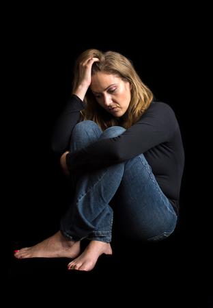 personas saludables: Mujer en un cuarto oscuro no se siente bien