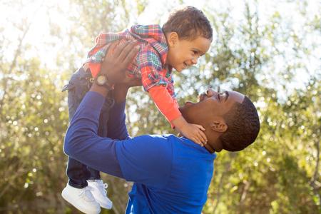 garcon africain: père Mignon et fils jouent ensemble dans le parc