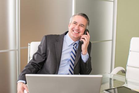 전화로 성숙한 행복한 사업 남자
