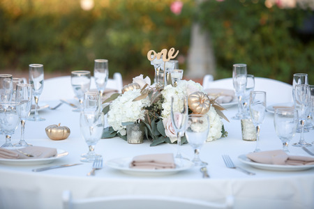 Elegant table scape with flowers and gold pumpkin accents Banque d'images